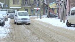 Чернівчанам, які незадоволені розчищенням снігу, комунальник порадив сидіти вдома (відео)
