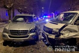 """У Чернівцях """"Volkswagen"""" виїхав на зустрічку та врізався в """"Mercedes"""""""