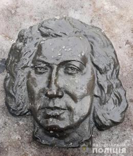 У Чернівцях знайшла вандала, який  викрав бронзовий надгробок з могили