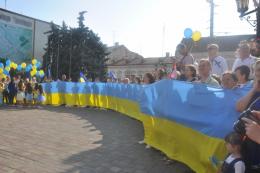 Вулицями Чернівців пройшлась хода із 25-метровими стягами