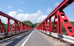 У Чернівцях міст через Прут пофарбували у червоний колір (фото)