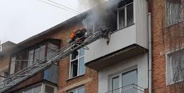 У Чернівцях горіла п'ятиповерхівка, одного з мешканців знайшли без свідомості
