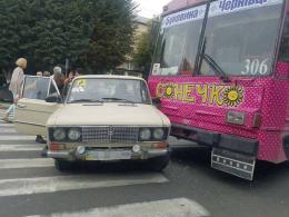 У Чернівцях тролейбус зіткнувся з легковиком (фото)