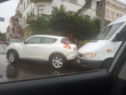 У Чернівцях на Героїв Майдану зіткнулись мікроавтобус та легковик (фото)