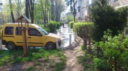 Мешканці багатоповерхівки в Чернівцях три дні потерпають через прорив каналізації (фото)