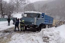 На Буковині зі снігових заметів витягали вантажівки та легковики (фото)