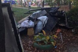 У Чернівцях на Небесної сотні люди влаштували перед будинком смітник