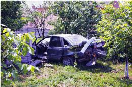 """На Буковині """"Рено"""" розтрощив бетонний паркан та вилетів з дороги, є постраждалі (фото)"""