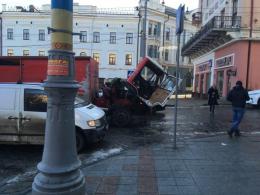 У центрі Чернівців посеред дороги зламалась вантажівка (фото)