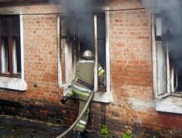 У Чернівцях на Пумнула з палаючого будинку врятували чоловіка