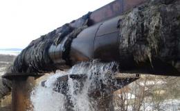 Поблизу Чернівців на водогоні стався масштабний прорив: вулицю села затопило водою (фото)