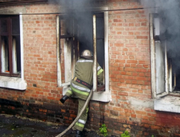 На Буковині з палаючого будинку врятували чоловіка