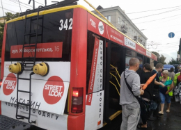 У Чернівцях під час руху задимівся тролейбус (фото)
