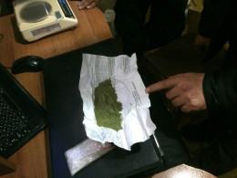 На Буковині митники виявили приховану водієм вантажівки в папці для документів наркотичну речовину
