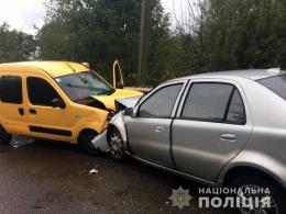 """На Буковині зіткнулись """"Renault"""" та """"Geely"""", є потерпілі (фото)"""