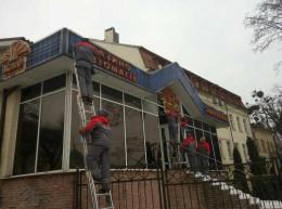 У Чернівцях взялись за демонтаж незаконних вивісок в гральних закладах (фото)