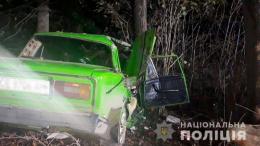 """На Буковині """"Жигулі"""" з п'яним водієм врізались у дерево"""