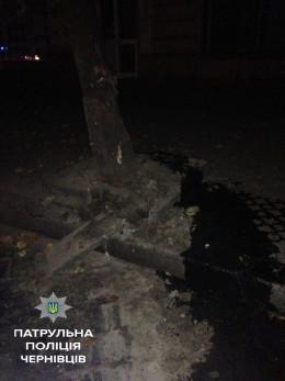 У Чернівцях на Героїв Майдану БМВ врізався в дерево