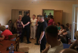 На Буковині група людей заблокувала у сільраді депутатів, чиновників і журналістів (відео)