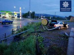 На Буковині водій на «Мерседесі» втікав від поліції і врізався в електроопору (фото)