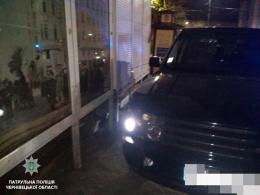 У центрі Чернівців п'яний водій джипа протаранив вітрину магазину (фото)