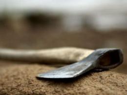 На Буковині мати трьох дітей побила чоловіка сокирою