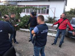 """Поліція на Буковині викрила схему безперешкодного ввезення авто на """"євробляхах"""" (фото)"""