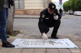 У центрі Чернівців на тротуарах з'явились нагадування для пішоходів (фото)