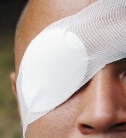 На Буковині молодик втратив око під час роботи на пилорамі