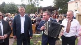 У Вашківцях на Дні міста нардеп зіграв на баяні коломийку (відео)