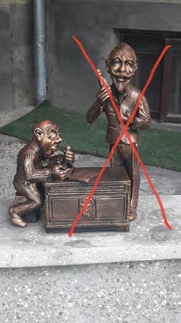 На Українській у Чернівцях викрали скульптуру аптекаря (фото)