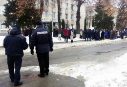 У Сторожинці прихильники РПЦ влаштували молитовне стояння під РДА