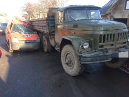 """У Чернівцях """"Форд"""" врізався у вантажівку, є постраждалі."""