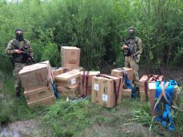 На Буковині прикордонники пострілами зупиняли контрабандистів, які покинули ящики з цигарками