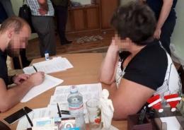 У Чернівцях на п'ять років засудили чиновницю, яка вимагала хабарі у мережі аптек міста
