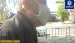 У Чернівцях поліцейські допомогли дідусеві, який лежав на узбіччі з ознаками інсульту (відео)