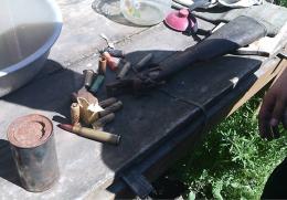 На Буковині у чоловіка, який знущався над матір'ю, виявили склад зброї (фото)