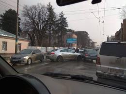 """У Чернівцях на Героїв Майдану зіткнулись """"Опель"""" і """"Лада"""""""