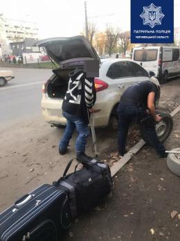 Чернівецькі поліцейські допомогли змінити колесо водію з інвалідністю