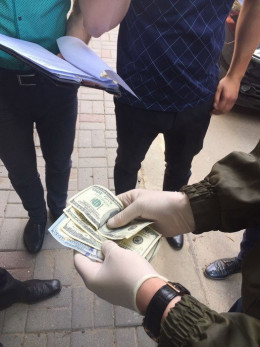 СБУ у Чернівцях затримала на хабарі начальника відділу Чернівецької міськради