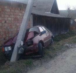 """На Буковині """"Опель"""" врізався в електроопору (фото)"""