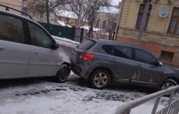 У центрі Чернівців через ожеледь сталася ДТП