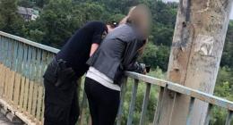 У Чернівцях патрульні врятували дівчину, яка хотіла накласти на себе руки, стрибнувши з моста