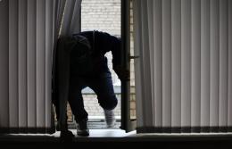 На Буковині чоловік через вікна потрапляв до будинків односельців та обкрадав їх