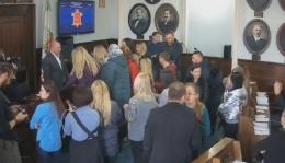 У Чернівцях група людей заблокувала президію в міськраді, вимагаючи звільнення лікаря Манчуленка