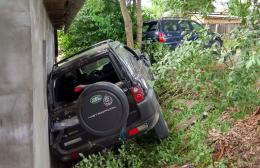 """На Буковині п'яний водій на джипі """"Land Rover"""" протаранив """"Ford"""" та врізався в стіну будинку (фото)"""