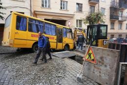 У центрі Чернівців шкільний автобус з дітьми злетів у траншею