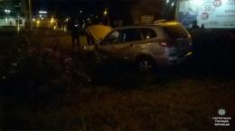 У Чернівцях 19-річний водій на очах поліції наїхав на бордюр