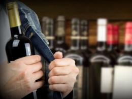 Поліцейські затримали чернівчанина, який крав з супермаркету елітний алкоголь