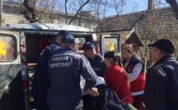На Буковині у райцентрі рятувальники допомогли транспортувати хвору до карети швидкої
